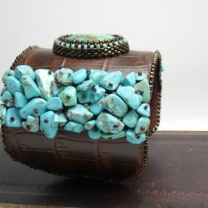 vue de profil, détail turquoises -manchette ChrysoCroco