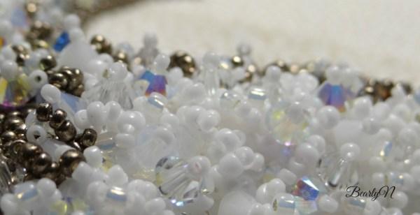 détail broderie de cristaux