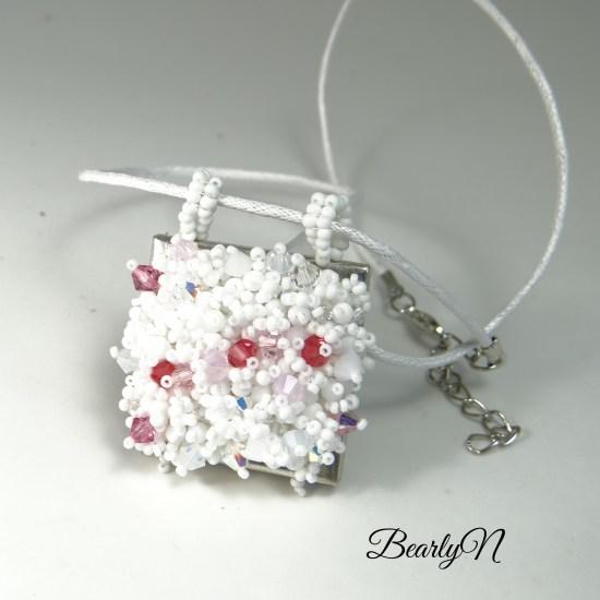 petit carré brodé blanc et rose_BearlyN