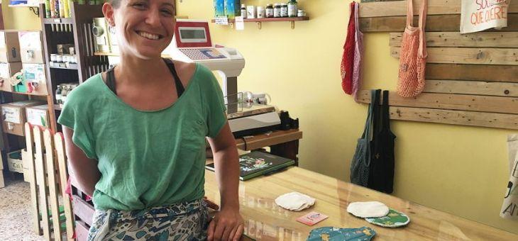 Vulvita, una emprenedora que cus i ven compreses de tela a Cambrils