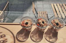 Salade de quinoa à la grecque avec feta, olives, poivrons, tomates cerises, concombre & menthe