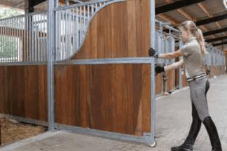 Uitschuifbare tussenwand voor paardenbox