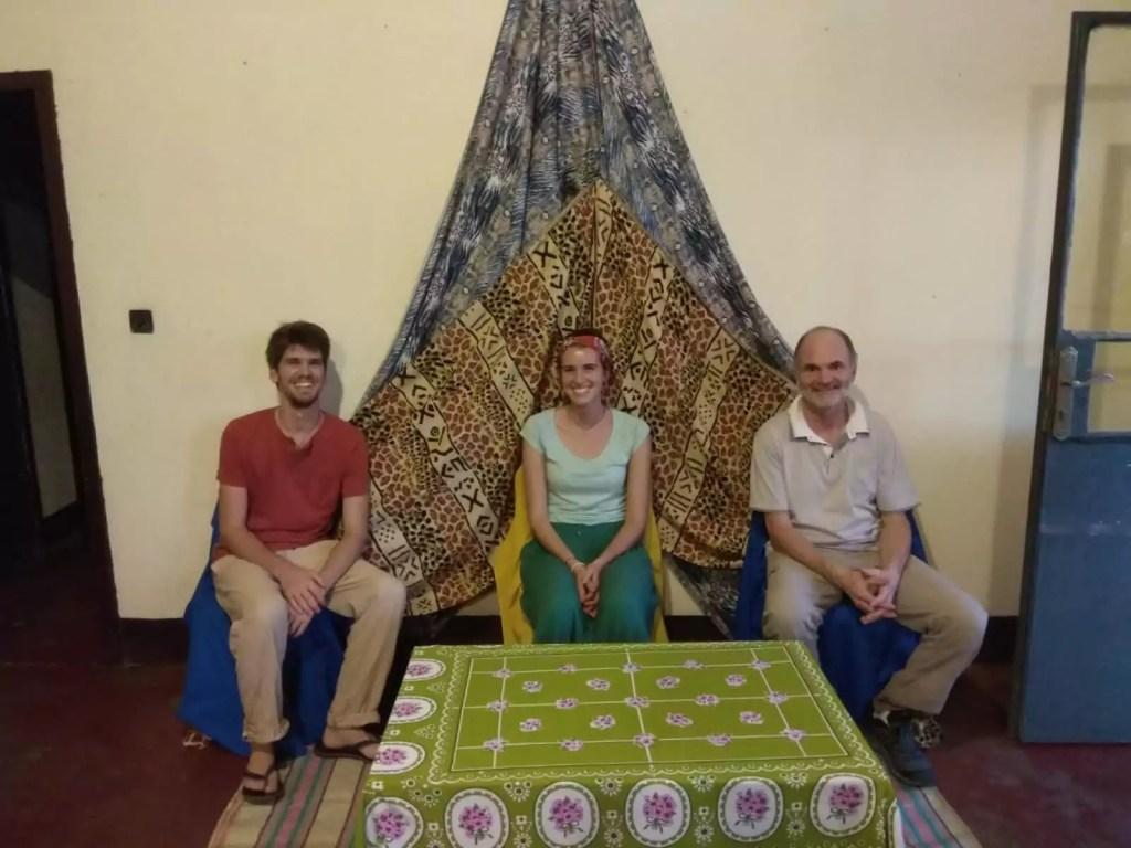 PIerre et Tiphaine (à gauche), à leur arrivée à Kabinda, accueillis comme des rois !