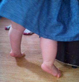 bébé 9 mois debout