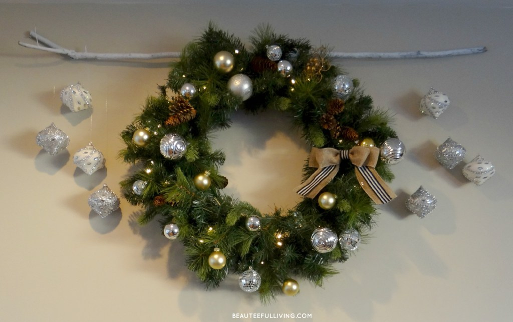 Christmas wreath with hanging ornaments - Beauteeful Living