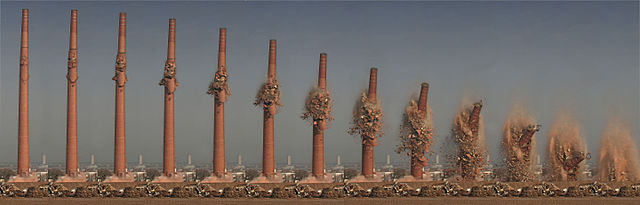 640px-Blasting_of_a_chimney_at_the_former_Henninger_Brewery_in_Frankfurt_am_Main,_Germany