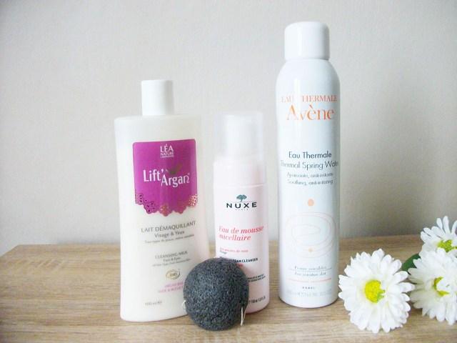 Nettoyage visage : Lait démaquillant Lift Argan, éponge konjac Erborian, eau de mousse micellaire pétales de rose Nuxe, eau thermale Avène