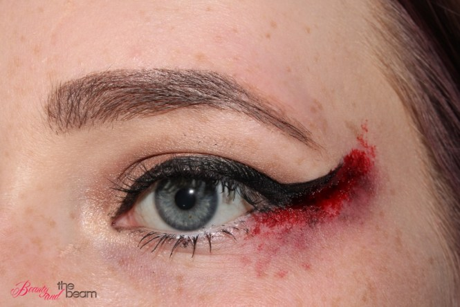 halloween-sfx-make-up-blutiger-lidstrich-2