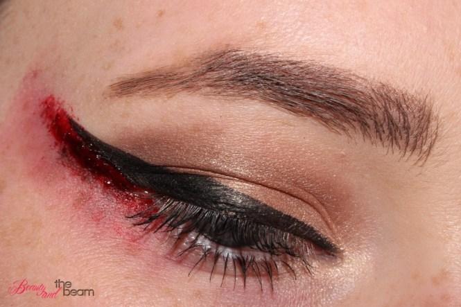 halloween-sfx-make-up-blutiger-lidstrich-4