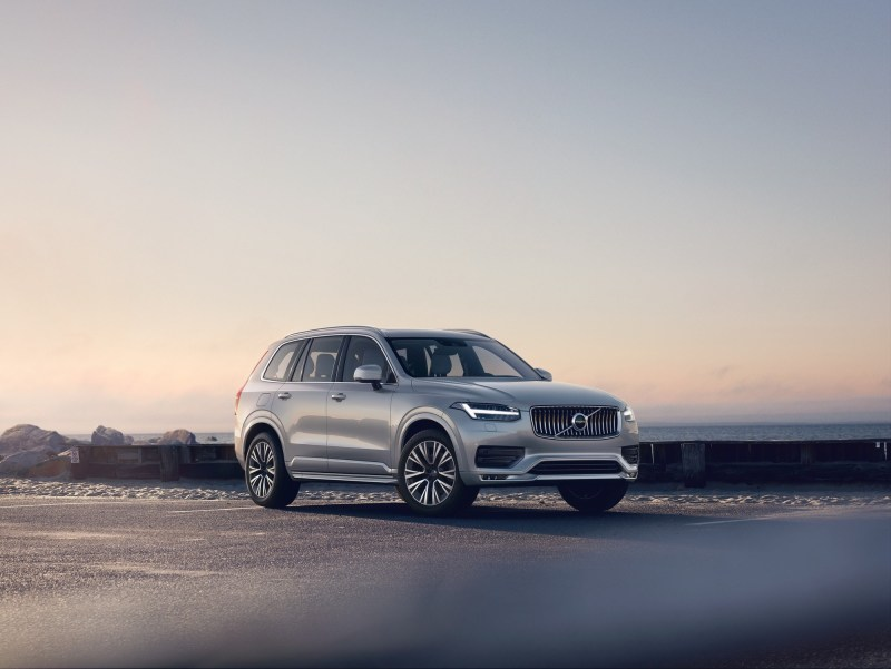 The Volvo XC90 It is one of the best luxury SUVs due to its safety ratings, and it doesn't lack in aesthetics. It's a great looking SUV