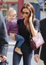 Victoria-Beckham-took-her-daughter-Harper-shopping-Paris.jpg