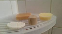 Les produits solides (de gauche à droite) : shampoing, savon pour le corps et visage, déodorant, beurre corporel