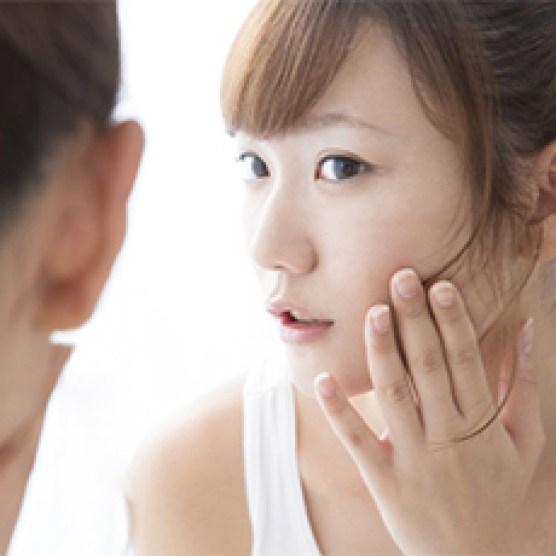 女性 肌 悩み 鏡
