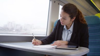 女性 電車 仕事