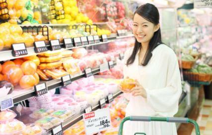 スーパー 買い物 女性