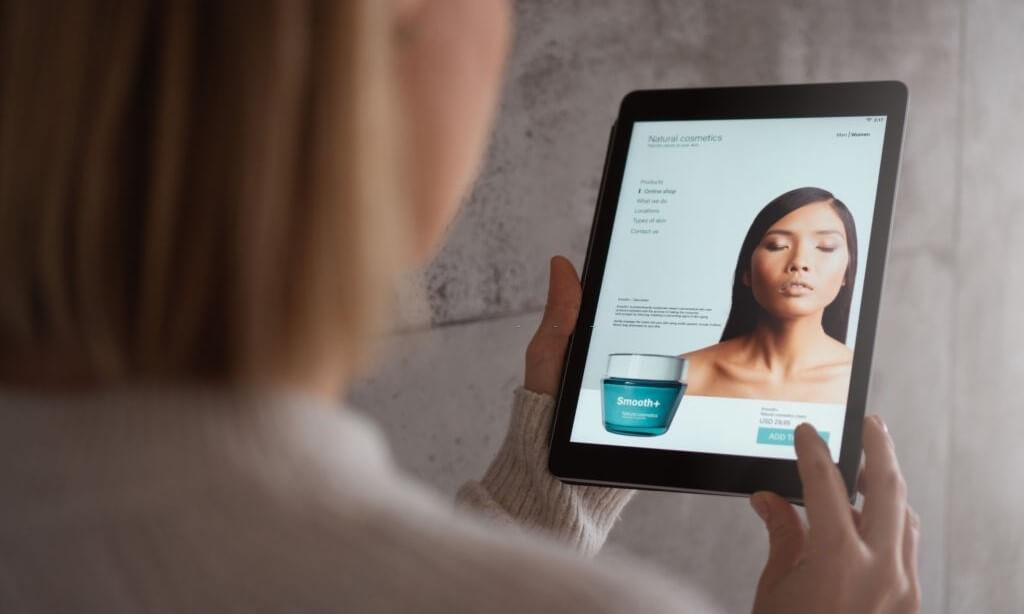 الوجه المتغير للعناية بالبشرة من المتجر إلى الإنترنت