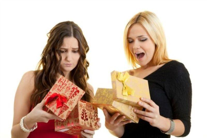 blij-en-teleurgesteld-meisje-met-cadeau-bron-shutterstock