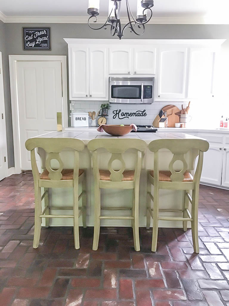 Sharing a full review of the pros and cons of Rustoleum Milk Paint. I've used several different brands of both milk paint and chalk paint and I'm discussing how this one measures up.