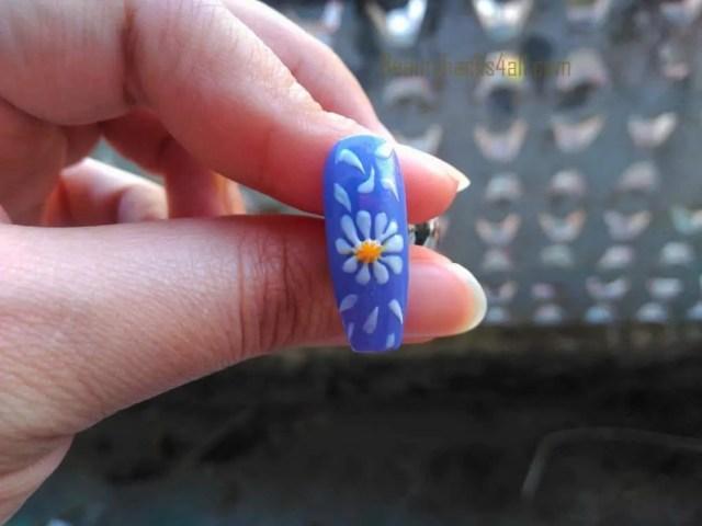 filling Daisy nail art step 3