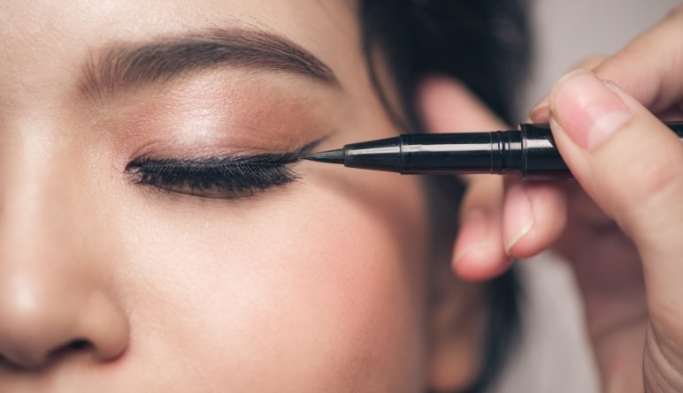 Best tips for the perfect eyeliner line
