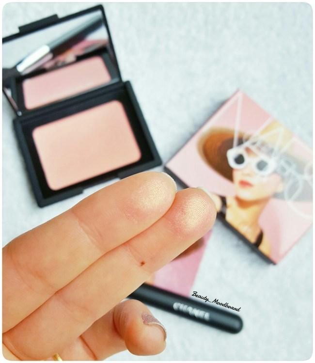 Swatch fard à joues rose pêche irisé
