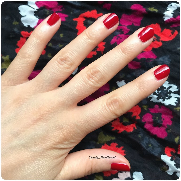 Swatch vernis composition green 10 free Sari rouge profond