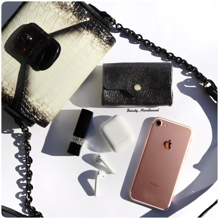 sac à mains Le Pliage Héritage XSchez Longchamp et son contenu iphone 7 airpods porte monnaie Le Tanneur rouge à lèvres Dior