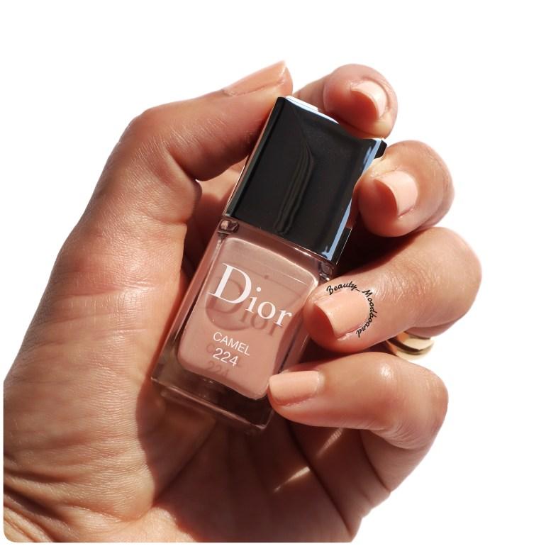 Couleur du vernis Camel 224 portée sur les ongles Dior Blue Star Collection