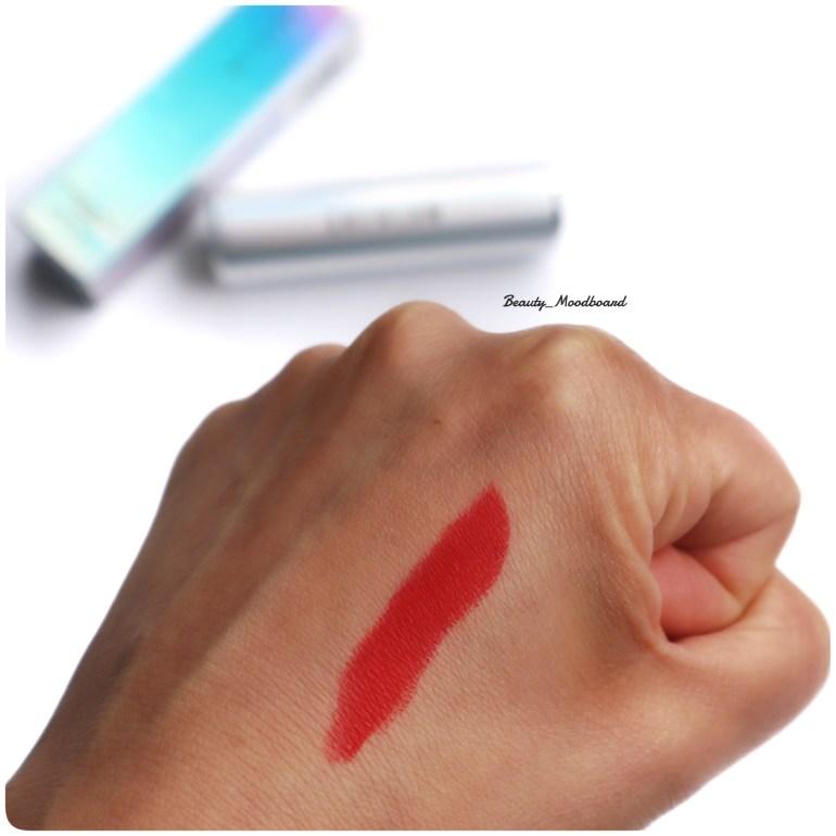 Swatch rouge à lèvres Fearless Kiss Matte Lipstick en Classic Red