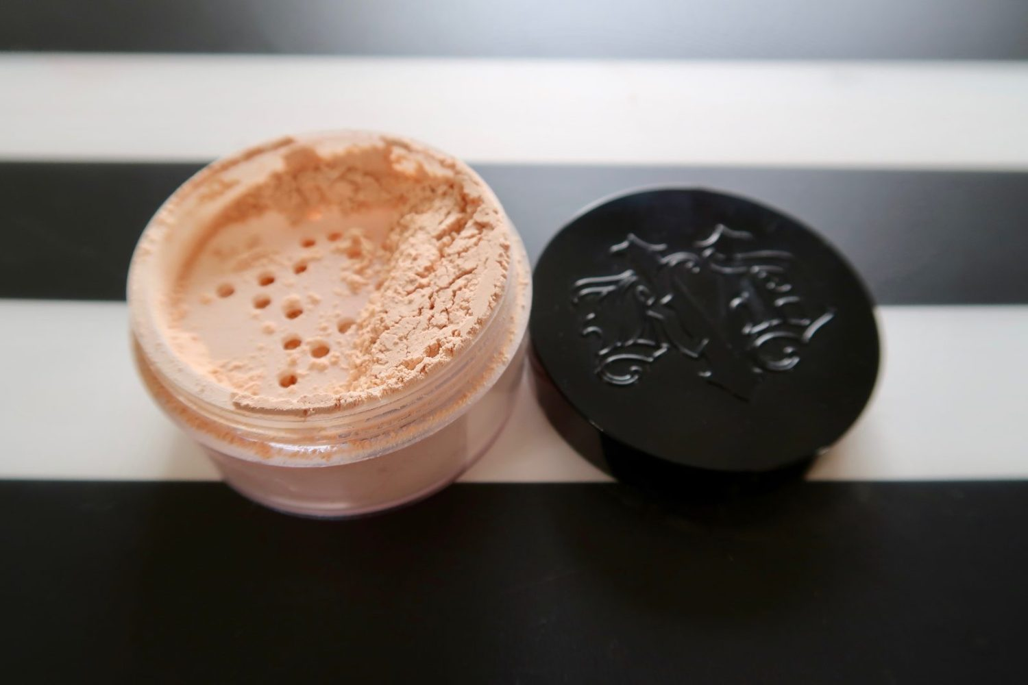 kat von d lock it brightening powder petal