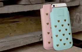 Pouch cases voor allerlei smartphones in zalm en aqua.