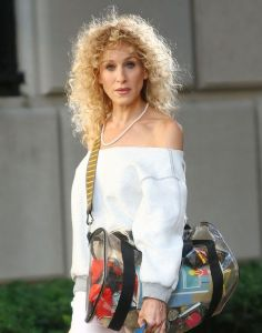 sarah-jessica-parker-80s-hairstyle-on-set-of-sex-and-the-city-2-807x1024