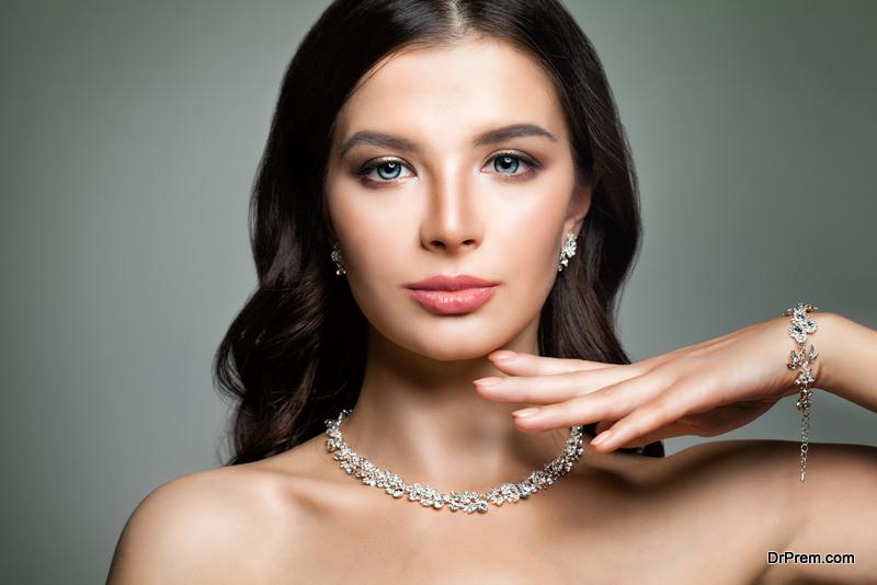 How to Wear Jewelry Beautifully
