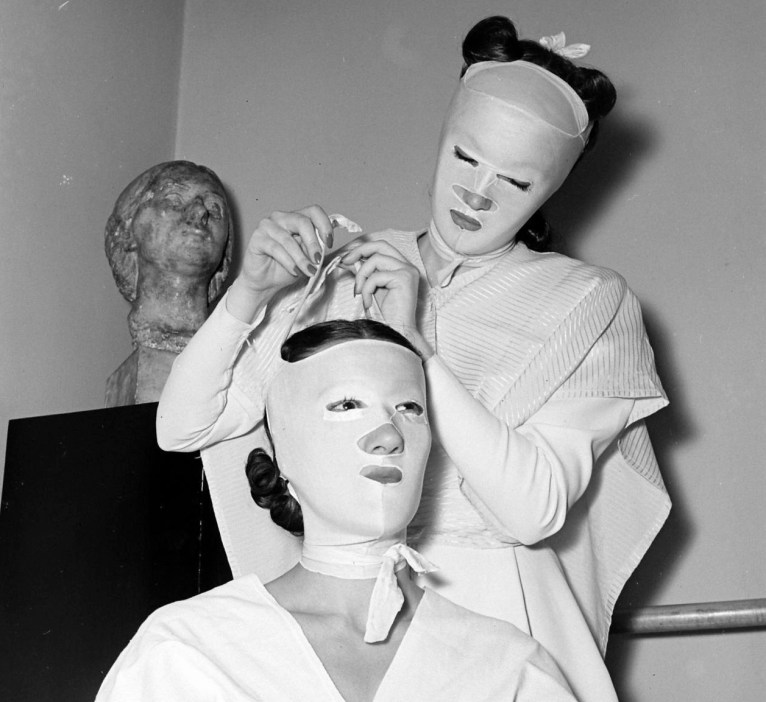 La beauty school di Helena Rubinstein, foto Nina Leen per Life