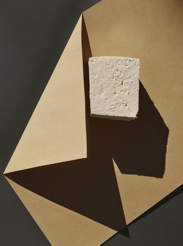 Сирене тофу върху хартия.