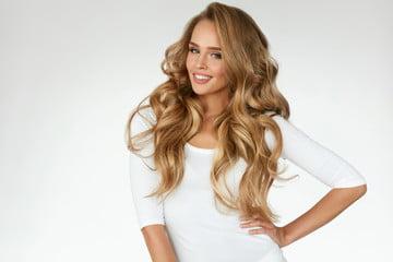 blondynka z kręconymi włosami