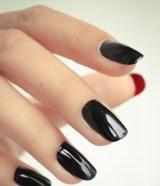 Esmalte preto em cima e vermelhão embaixo da unha