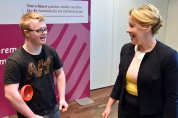 Oskar Schenck von der Lebenshilfe Berlin mit Familienministerin Dr. Franziska Giffey.