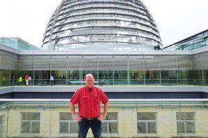 Karsten Isaack steht auf dem Dach des Reichstagsgebäudes