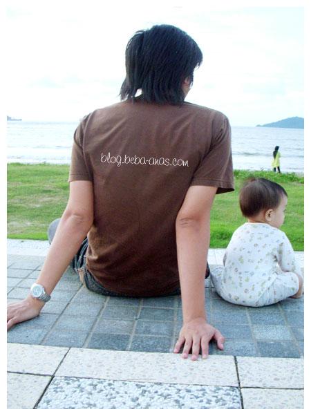 Ayah enjoy tengok pantai..Alif tengok..??