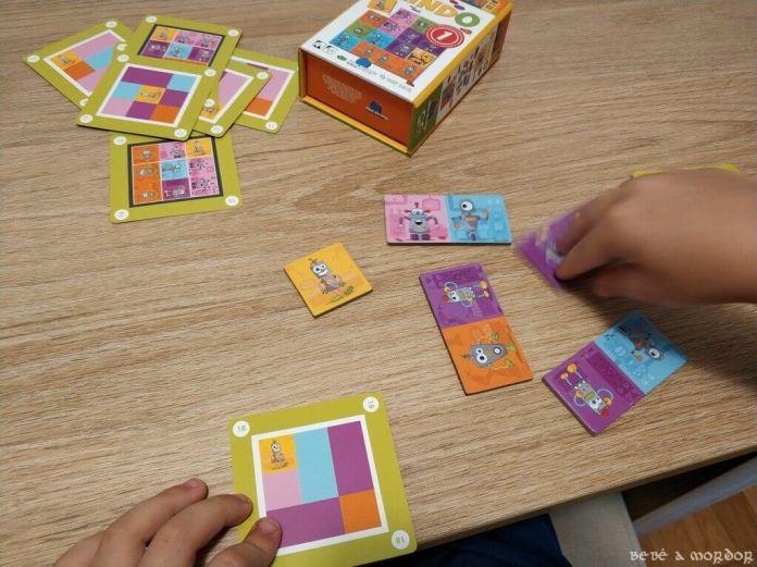 juego de cartas y losetas Mindo para niños jugando nivel fácil