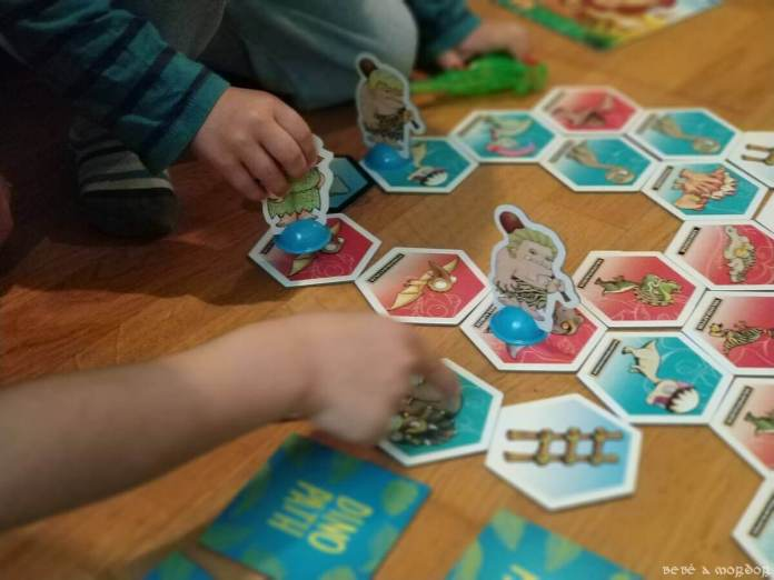niños jugando al dino Path