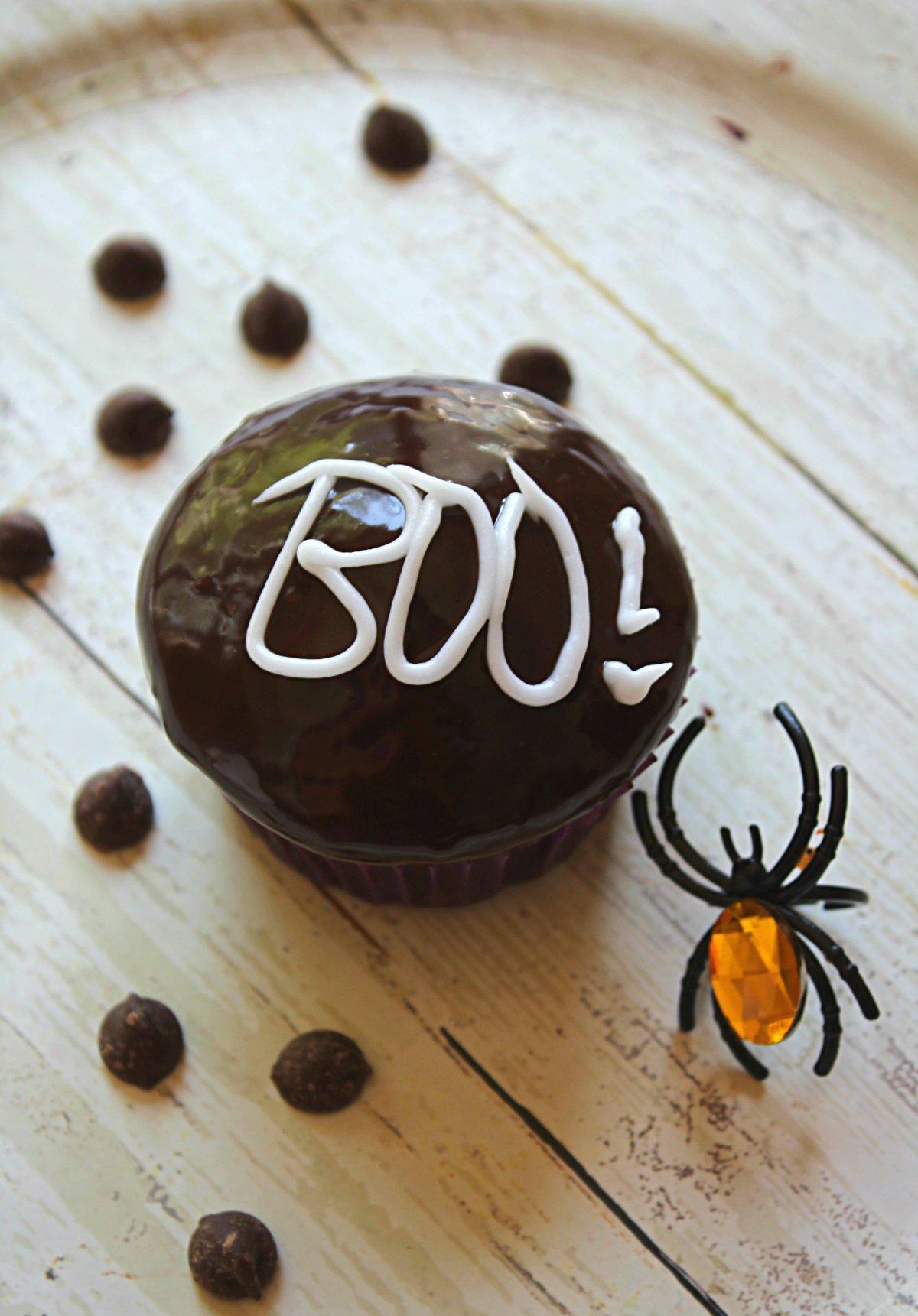 Super simple 'BOO!' chocolate ganache glazed Halloween cupcakes