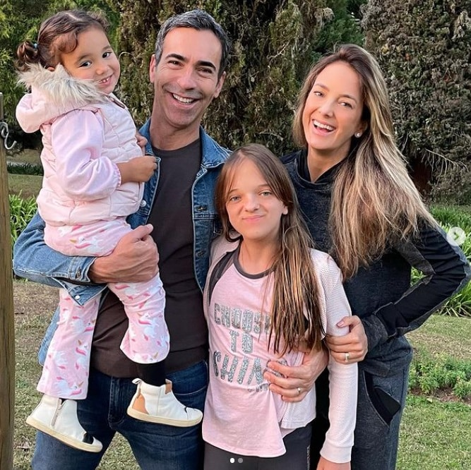 Ticiane Pinheiro with her two daughters and her husband
