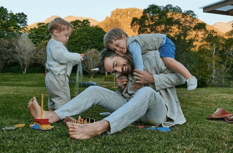 Paulo Gustavo's widower with his two children