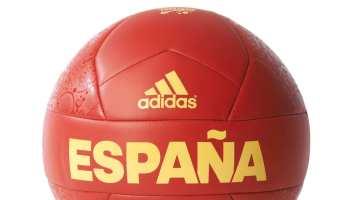 Tu hijo quiere celebrar la Eurocopa 2016 con la consola PS4, una camiseta y una bufanda oficial de la selección española y un balón Adidas