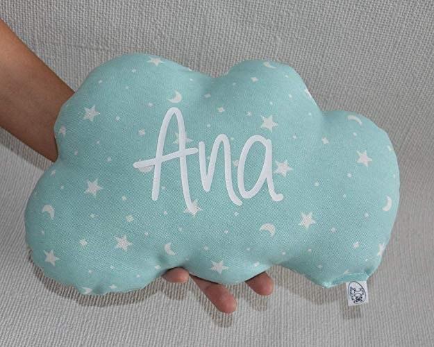 ¿Quieres saber cuáles son los mejores regalos para bebés recién nacidos? Cojín nube para bebé personalizado con su nombre