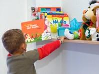 Incorporade un espazo para ter libros, revistas, periódicos para que toda a familia poidades acceder a elesde forma natural e cómoda