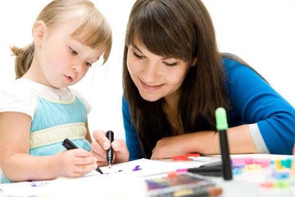 Any és gyerek rajzolnak