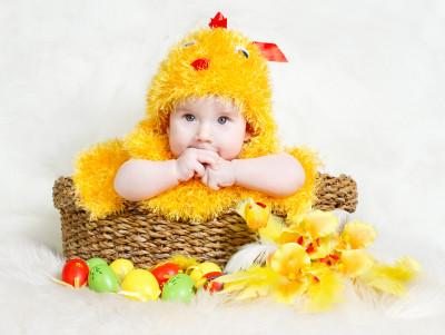 Húsvéti csibejelmezes gyerek
